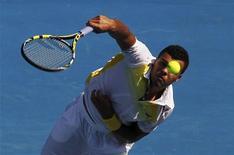 Jo-Wilfried Tsonga reforzó su saque y se impuso a su compatriota francés Richard Gasquet por 6-4, 3-6, 6-3 y 6-2 alcanzando el lunes los cuartos de final del Abierto de Australia por cuarta ocasión. En la imagen, de 21 de enero, Tsonga saca frente a su compatriota Gasquet en el encuentro que le clasificó para cuartos del Abierto de Australia. REUTERS/Daniel Munoz