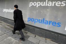 """La secretaria general del Partido Popular, María Dolores de Cospedal, volvió a negar el lunes que su partido hubiera pagado sobres de dinero """"negro"""" a algunos dirigentes. En la imagen, un hombre pasa junto a la sede del PP en Madrid, el 18 de enero de 2013. REUTERS/Andrea Comas"""