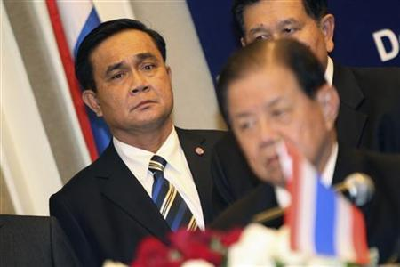 Commander-in-chief of the Royal Thai Army Prayuth Chan-ocha (L) and Thai Defence Minister Yutthassak Sasiprapa (front) hold a news conference after the 8th General Border Committee (GBC) meeting in Phnom Penh December 21, 2011. REUTERS/Samrang Pring. REUTERS/Samrang Pring