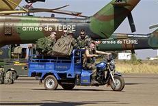 Base aérienne malienne près de Bamako. Une colonne de camions et de blindés français et maliens est entrée dans la ville de Diabali, à quelque 350 km au nord de la capitale, lundi matin tôt après la disparition des islamistes qui la contrôlaient. /Photo prise le 19 janvier 2013/REUTERS/Eric Gaillard