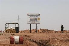 La Brigada Mulathameen, que se atribuyó la masiva toma de rehenes en Argelia, amenazó con realizar más ataques a menos que las potencias occidentales pongan fin a lo que calificó como una agresión contra los musulmanes en el vecino Mali, de acuerdo con el servicio de supervisión SITE. En la imagen, un soldado argelino en un punto de control que indica Tigantourine el lugar del secuestro, a 10 km, el 19 de enero de 2013. REUTERS/Ramzi Boudina