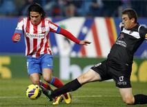 El delantero colombiano del Atlético de Madrid Radamel Falcao se hizo una lesión el muslo izquierdo en el partido liguero del domingo que los rojiblancos ganaron por 2-0 ante el Levante, pero las pruebas a las que fue sometido el lunes mostraron que no es grave. En la imagen, de 20 de enero, el delantero del Atlético de Madrid Radamel Falcao. REUTERS/Sergio Perez