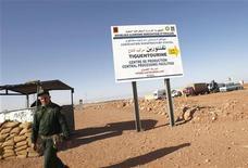 Soldado argelino é visto em posto de controle perto da estrada que leva à refinaria de gás Tiguentourine, onde militantes islâmicos prenderam reféns estrangeiros, na Argélia. A Brigada Mulathameen, que assumiu a autoria pelo sequestro em massa na Argélia, ameaça realizar mais ataques caso as potências ocidentais mantenham o que o grupo chamou de agressão a muçulmanos no Mali. 19/01/2013 REUTERS/Louafi Larbi