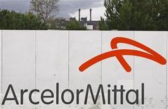 ArcelorMittal était en tête des hausses du CAC 40 (+2,4%) vers 13h, après avoir glissé de près de 4% depuis le début du mois. A mi-séance, l'indice parisien progressait modérément, de 0,26%, à 3.751,28 points. /Photo d'archives/REUTERS/Jean-Paul Pélissier