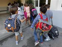 Des syndicats d'enseignants appellent à la grève mardi dans les écoles primaires parisiennes pour protester contre les nouveaux rythmes scolaires, à la veille de la présentation du projet de loi pour la refondation pour l'école. /Photo d'archives/REUTERS/Jean-Paul Pélissier