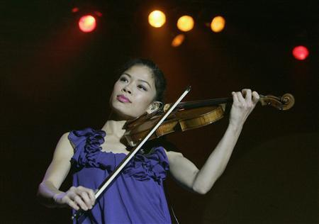 Violinist Vanessa Mae is seen performing on stage during a concert in Prague in this September 25, 2008 file photograph. Vanessa-Mae has put music on hold for a year and is rehearsing for a new role -- skiing for Thailand at the Winter Olympics in Sochi, Russia, in February 2014, she said in an interview on January 19, 2013. REUTERS/David W Cerny/Files