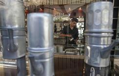 Un giovane al lavoro in un bar romano. REUTERS/Tony Gentile