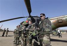 """Militaires français sur une base aérienne malienne près de Bamako. Au dixième jour de l'opération Serval, quelque 2.000 soldats français sont déployés au Mali, où ils prêtent main forte à l'armée nationale en attendant le déploiement d'une force africaine censée tenir tête à des islamistes qui occupent le nord du pays semi-désertique de 15 millions d'habitants. Selon le ministre de la Défense, Jean-Yves Le Drian, leur objectif actuel est la """"reconquête totale"""" du Mali. /Photo prise le 19 janvier 2013/REUTERS/Eric Gaillard"""