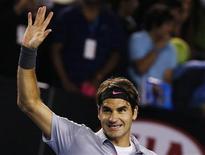 El tenista suizo Roger Federer celebra tras derrotar al canadiense Milos Raonic en su encuentro por el Abierto de Australia en Melbourne, ene 21 2013. El tenista suizo Roger Federer dio una nueva lección a su próxima generación de colegas en el Abierto de Australia, al derrotar el lunes en sets corridos al canadiense Milos Raonic para extender su récord a 35 instancias de cuartos de final consecutivas en torneos del Grand Slam. REUTERS/Damir Sagolj