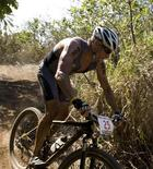 """Imagen de archivo del ex ciclista Lance Armstrong durante el triatlón Xterra en Kapalua, EEUU, oct 23 2011. Una nota de broma de una biblioteca australiana declarando que los libros sobre el desacreditado ciclista Lance Armstrong serían trasladados a la sección de ficción se propagó masivamente en internet, y un comentarista afirmó que """"el infierno no tiene la furia de un bibliotecario"""". REUTERS/Hugh Gentry"""