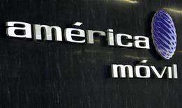 Foto de archivo del logo de América Móvil en la zona de recepción de las oficinas corporativas de la firma en Ciudad de México, feb 8 2011. La gigante de telecomunicaciones América Móvil, propiedad del magnate Carlos Slim, acordó adquirir la unidad de medios y espacios publicitarios de la mexicana Corporación Interamericana de Entretenimiento (CIE) por 1,668 millones de pesos (131.3 millones de dólares), dijeron el lunes ambas compañías. REUTERS/Henry Romero