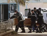 Equipes de resgate carregam caixão de um dos reféns mortos durante sequestro em complexo de gás em Amenas, na Argélia. 21/01/2013 REUTERS/Ramzi Boudina