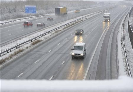 Vehicles travel in snowy conditions on the A1 near Wetherby, northern England January 21, 2013. REUTERS/Nigel Roddis