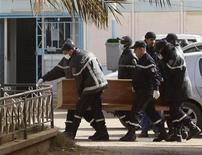Un grupo de socorristas traslada el ataúd de un rehén, muerto en un ataque a una refinería de gas, rumbo a un hospital en In Amenas, Argelia, ene 21 2013. Fuerzas especiales de Argelia hallaron los cuerpos de dos militantes islamistas canadienses luego del mortal asedio a una instalación de gas situada en el desierto del Sahara que fue tomada por rebeldes, dijo el lunes una fuente de seguridad, mientras que la cifra de muertos tras la crisis subió a 80. REUTERS/Ramzi Boudina