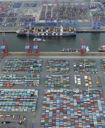 A container ship is loaded at a terminal in the harbour of Hamburg on late September 23, 2012. Four large container terminals are available in Hamburg. High-performance handling with short mooring times means that even the biggest container carriers leave the port again after one or two days. Picture taken September 23. REUTERS/Fabian Bimmer (GERMANY)
