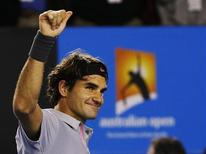 Roger Federer comemora vitória sobre o canadense Milos Raonic durante partida pelo Aberto da Austrália, em Melbourne. O tenista suíço disse se sentir revitalizado quando enfrenta adversários mais jovens após dar uma aula de tênis a Raonic nesta segunda-feira para chegar pela 35ª vez seguida às quartas de final de um torneio de Grand Slam. 21/01/2013 REUTERS/Damir Sagolj