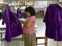 Imagen de archivo de una trabajadora en una fábrica de guayaberas en Mérida, México, abr 17 2008. La tasa de desempleo desestacionalizada de México se ubicó en 4.96 por ciento en diciembre, mejorando la previsión del mercado, dijo el lunes el instituto nacional de estadísticas, INEGI. REUTERS/Victor Ruiz