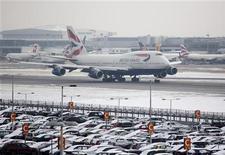 Una fuerte ola de frío golpeó a negocios y viajeros en Reino Unido por cuarto día consecutivo el lunes, amenazando con una nueva caída en recesión sin precedentes que podría descarrilar aún más los planes económicos del Gobierno británico. En la imagen de archivo, un avión de British Airways despega tras una nevada en el aeropuerto de Heathrow, en Londres, el 21 de enero de 2013. REUTERS/Neil Hall