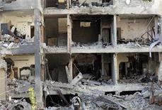 Los líderes de la oposición siria dijeron el lunes que no habían logrado formar un Gobierno de transición para que administre las áreas en manos de los rebeldes, un nuevo revés en sus esfuerzos por presentar una alternativa creíble al presidente Bashar el Asad. En la imagen, un combatiente de la brigada Tahrir el Sham del Ejército de Siria Libre mura un edificio destruido durante los bombardeos de la fuera aérea siria la jornada anterior, en el suburbio de Mleha, en Damasco, el 21 de enero de 2013. REUTERS/Goran Tomasevic