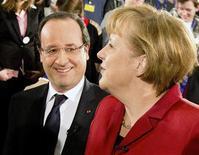 Angela Merkel et François Hollande se sont efforcés lundi à Berlin de gommer leurs divergences pour célébrer l'amitié franco-allemande, à la veille du 50e anniversaire du traité de l'Elysée, qui a scellé la réconciliation entre les deux pays. /Photo prise le 21 janvier 2013/REUTERS/Kay Nietfeld/Pool