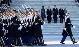 """El presidente de Estados Unidos, Barack Obama, pidió el lunes rechazar el """"absolutismo"""" y el rencor partidario en el estrenar su segundo mandato con un llamamiento a la unidad nacional, fijando un tono pragmático de cara a los complejos desafíos a los que se enfrentará en los próximos cuatro años al frente del país. En la imagen, el presidente de Estados Unidos Barack Obama (segundo por la izquierda), la primera dama Michelle Obama (izquierda), el jefe del Estados Mayor, el general Michael J. Linnington (centro), el vicepresidente Joe Biden (segundo por la derecha) y su esposa Jill Biden acuden a la revisión presidencia de las tropas en el Capitolio, durante la celebración de la segunda toma de posesión de Obama, en Washington, el 21 de enero de 2013. REUTERS/CJ Gunther/Pool"""