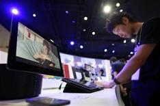 Foto de archivo de un hombre probando una tableta Xperia de Sony durante la feria electrónica CEATEC en Chiba, Japón, oct 2 2012. La división Sony Mobile Communications Inc de Sony Corp dijo que venderá la nueva versión de su tableta Xperia en Japón esta primavera boreal, reportó el diario japonés Nikkei citando a Kyodo News. REUTERS/Yuriko Nakao