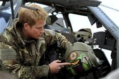 El príncipe Enrique de Inglaterra dijo que mató a insurgentes afganos en misiones contra los talibanes en su segunda estancia con el Ejército en el país, donde fue artillero en un helicóptero de guerra Apache. En la imagen, el príncipe Enrique de Inglaterra habña durante una entrevista con los medios en la base de Camp Bastion, al sur de Afganistán, en una imagen tomada el 12 de diciembre de 2012 que fue hecha pública el 21 de enero de 2013. REUTERS/John Stillwell/Pool