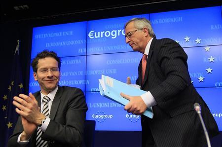 Luxembourg's Prime Minister Jean-Claude Juncker (R) is applauded by Netherlands' Finance Minister Jeroen Dijsselbloem (L) following his last news conference after stepping down as Eurogroup Chairman at a euro zone finance ministers' meeting in Brussels January 21, 2013. Dijsselbloem has been appointed the new Eurogroup Chairman. REUTERS/Yves Herman
