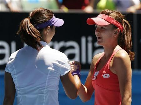 Li Na of China (L) shakes hands with Agnieszka Radwanska of Poland after defeating her in their women's singles quarter-final match at the Australian Open tennis tournament in Melbourne January 22, 2013. REUTERS/Damir Sagolj