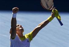 L'Espagnol David Ferrer, tête de série numéro quatre, a battu son compatriote Nicolas Almagro (10) au terme de cinq sets 4-6 4-6 7-5 7-6(4) 6-2 en quarts de finale de l'Open d'Australie, à Melbourne. /Photo prise le 22 janvier 2013/REUTERS/Navesh Chitrakar