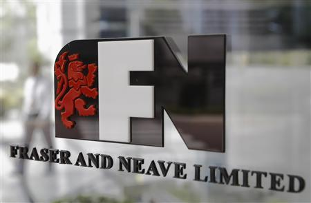 A security guard walks past a logo of Fraser and Neave Limited at its office building in Singapore January 21, 2013. Thailand's third-richest man has raised his stake and takeover offer for Fraser and Neave Ltd to fend off a bid by a group led by Indonesian tycoon Stephen Riady as the battle for the Singapore property and drinks group draws towards a close. REUTERS/Edgar Su (SINGAPORE - Tags: BUSINESS LOGO)