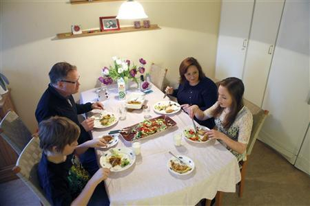 Emelie Olsson (R), her brother Andreas (L), father Charles (top L) and mother Marie eat dinner in Stockholm January 19, 2013. REUTERS/Ints Kalnins