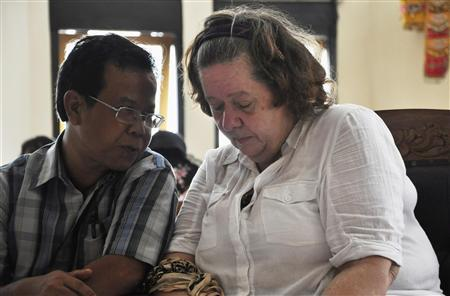 Lindsay Sandiford of Britain (R) listens to her translator during her trial in Denpasar at the Indonesian resort island of Bali January 22, 2013. REUTERS/Stringer