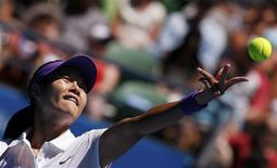 Convertirse en la primera asiática en ganar un título individual de grand slam se convirtió en una carga que minó la confianza de Li Na, pero la china de 30 años alcanzó el martes su tercera semifinal en el Abierto de Australia, y se enfrentará a la rusa Maria Sharapova que se impuso por 6-2 y 6-2 a su compatriota Ekaterina Makarova. En la imagen, de 22 de enero, la tenista china Li Na en un saque contra la polaca Agnieszka Radwanska, a quien derrotó en Australia y ya está en semifinales. REUTERS/Damir Sagolj