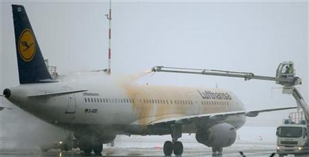 A Lufthansa airplane is defrosted at the Fraport airport in Frankfurt January 21, 2013. Several flights were on delay and cancelled due to heavy weather conditions. REUTERS/Lisi Niesner (GERMANY - Tags: TRANSPORT)