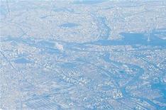 Une forte odeur de gaz a submergé la région parisienne dans la nuit de lundi à mardi à la suite d'émanations provenant d'une usine à Rouen. Les autorités précisent que le gaz en cause ne présente aucune toxicité. /Photo prise le 16 janvier 2013/REUTERS/Andrew Winning