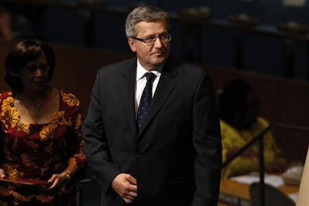 Poland's President Bronislaw Komorowski walks on stage to address the 67th United Nations General Assembly at the U.N. Headquarters in New York, September 26, 2012. REUTERS/Keith Bedford
