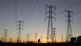 La consommation d'électricité en France a augmenté en 2012 chez les particuliers mais diminué dans l'industrie et les petites entreprises en raison des effets de la crise économique. /Photo d'archives/REUTERS/Siphiwe Sibeko