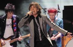 Los veteranos rockeros británicos The Rolling Stones, que celebraron su 50 aniversario el año pasado, consiguieron el lunes cuatro nominaciones a los premios musicales NME. En la imagen, de 15 de diciembre, Ronnie Wood, Mick Jagger y Keith Richards de los Rolling Stones durante una actuación en Nueva Jersey con motivo de su 50 aniversario. REUTERS/Carlo Allegri