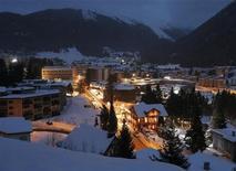 """El primer ministro italiano, Mario Monti, fijará el tono para los líderes políticos y empresariales que se reunirán en Davos esta semana en el Foro Económico Mundial, con un discurso titulado """"liderando en contra de las probabilidades"""". En la imagen, una vistga genreal del centro de congresos de Davos, el 21 de enero de 2013. REUTERS/Pascal Lauener"""