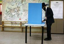Judeu ortodoxo vota em seção eleitoral no assentamento judaico de Kochav Ya'acov, ao norte de Jerusalém, na região na Cisjordânia. 22/01/2013 REUTERS/Baz Ratner