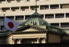 Bandeira japonesa flutua no topo do prédio do Banco Central do Japão, em Tóquio, em dezembro de 2012. O Banco do Japão anunciou seu maior esforço para acabar com anos de estagnação econômica, dizendo que vai adotar um compromisso para compras ilimitadas de ativos no próximo ano e dobrar sua meta de inflação para 2 cento. 13/12/2012 REUTERS/Yuriko Nakao