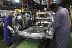 Funcionários trabalham na linha de montagem de carros na fábrica da Ford, em São Bernardo do Campo, em junho de 2012. A prévia do Índice de Confiança da Indústria (ICI) apontou ligeiro avanço de 0,2 por cento em janeiro em relação ao registrado no final do mês anterior, informou a Fundação Getúlio Vargas. 14/06/2012 REUTERS/Paulo Whitaker