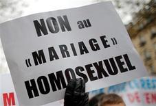 Après le local du Parti socialiste de la ville d'Issy-les-Moulineaux, le PS rapporte que deux autres permanences ont été vandalisées à Malakov et à Sèvres, dans les Hauts-de-Seine, manifestement par des opposants au mariage pour tous. /Photo d'archives/REUTERS