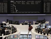 Les Bourses européennes évoluent en petite baisse à la mi-séance. À Paris, le CAC 40 cède 0,33% à 3.750,62 points vers 11h30 GMT. À Francfort, le Dax perd 0,40% et à Londres, le FTSE se replie de 0,06%. /Photo prise le 22 janvier 2013/REUTERS/Remote/Marte Kiesling