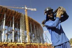 Operário trabalha na construção do Estádio Nacional Mané Garrincha para a Copa do Mundo de 2014, em Brasília, em agosto de 2012. A indústria brasileira de materiais de construção encerrou 2012 com alta de 1,4 por cento nas vendas, informou a associação que representa o setor no país, Abramat. 30/08/2012 REUTERS/Ueslei Marcelino