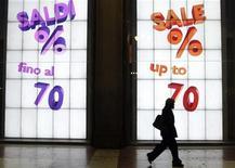 Saldi in un negozio nel centro di Milano. REUTERS/Stefano Rellandini