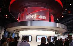 Verizon Communications fait état d'une perte de 1,93 milliard de dollars (1,45 milliard d'euros) au quatrième trimestre, conséquence de charges exceptionnelles liées au financement des retraites et à l'ouragan Sandy, qui occulte la croissance des activités mobiles. /Photo prise le 8 janvier 2013/REUTERS/Rick Wilking