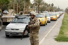 Baghdad, un soldato iracheno di guardia a un check point nell'aorile scorso. REUTERS/Saad Shalash