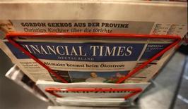 El Financial Times (FT) planea recortar unos 25 puestos de trabajo como parte de un programa para reestructurar el grupo y reducir costes con el objeto de enfocarse principalmente en sus servicios digitales, dijo su redactor jefe. Imagen de archivo de una copia del Financial Times Deutschland en un kiosco en la ciudad alemana de Fráncfort en agosto del año pasado. REUTERS/Kai Pfaffenbach